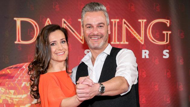 """Thomas May tanzt mit Lenka Pohoralek: """"Ich bin gespannt, freudig und nervös."""" (Bild: ORF)"""