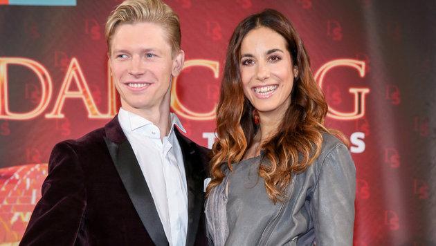 """Nina Hartmann tanzt mit Paul Lorenz: """"Ich bin total zufrieden. Er ist schon einmal größer als ich."""" (Bild: ORF)"""