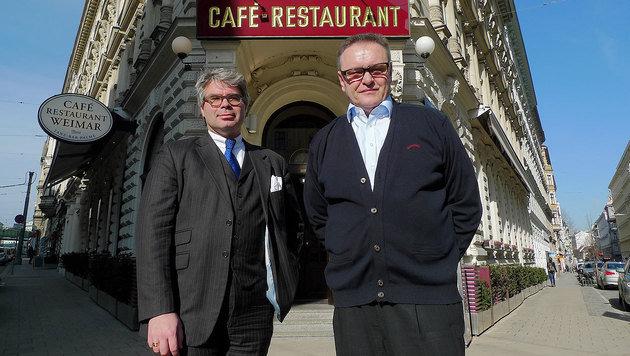 Maximilian Platzer (rechts) und sein Anwalt Constantin Eschlböck vor dem Café Weimar (Bild: Gerhard Bartel)