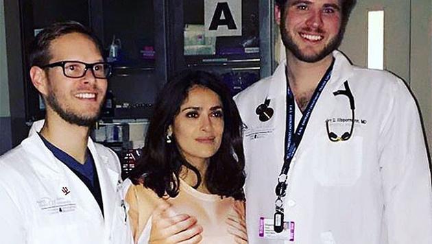 """Salma Hayek im """"unziemlichen"""" T-Shirt bei ihrer Untersuchung im Spital. (Bild: instagram.com/salmahayek)"""