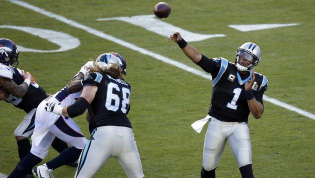 Cam Newton startet mit einem Fehlpass in die Partie. (Bild: AP)