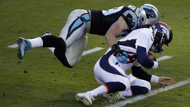 Carolinas Luke Kuechly (links) sackt Denver-Superstar Peyton Manning . (Bild: AP)