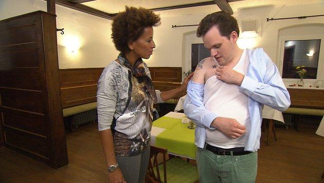 Wirt Max will sich Arabella auf den Oberarm tätowieren lassen. (Bild: ATV)