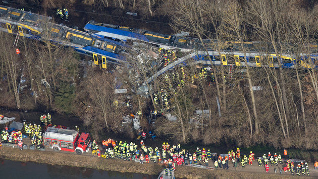 Unvorstellbar: Opfer filmte Minuten nach Zug-Crash (Bild: APA/dpa/Peter Kneffel)