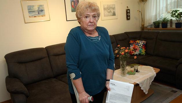 Nach 20 Jahren hat die Behörde Edith F. (67) den Behindertenpass gestrichen. (Bild: Peter Tomschi)