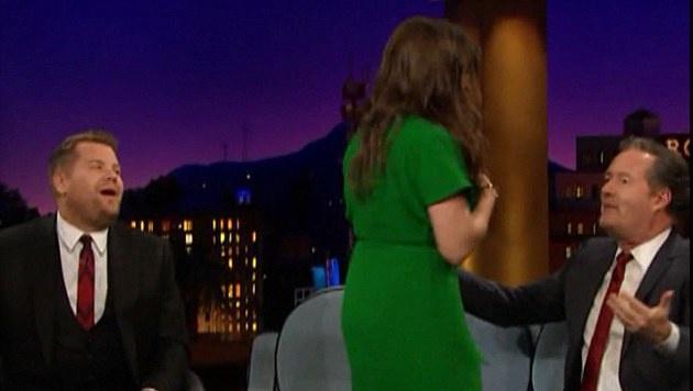 "Da schaute Piers Morgan nicht schlecht, als die ""Big Bang""-Amy ihr Dekolleté entblößte. (Bild: YouTube.com)"