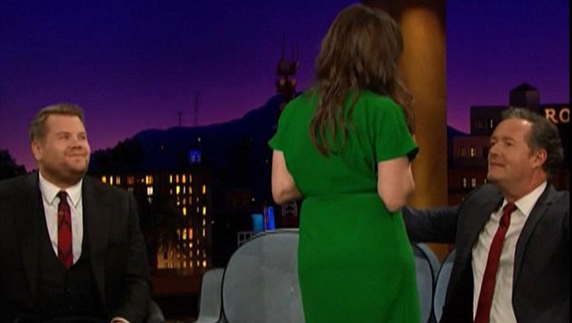 Mayim Bialik zeigt Piers Morgan ihre Brüste. (Bild: YouTube.com)