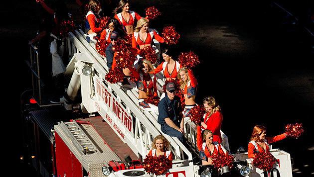 Parade für die Superbowl-Helden: Die Cheerleader der Denver Broncos feiern ihre Football-Stars. (Bild: APA/AFP/GETTY IMAGES/Justin Edmonds)
