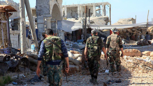 Syrische Truppen in den Ruinen Aleppos (Bild: APA/AFP/GEORGE OURFALIAN)