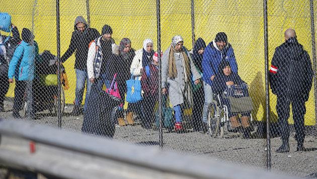 Spielfeld-Sperren lenken Asylstrom nach Ungarn (Bild: APA/ERWIN SCHERIAU)