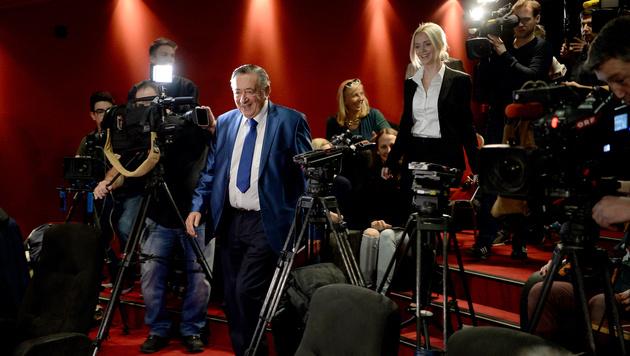 Bevor Lugner und Cathy den Saal betraten, wurden die Journalisten dazu aufgefordert, aufzustehen. (Bild: APA/ROLAND SCHLAGER)