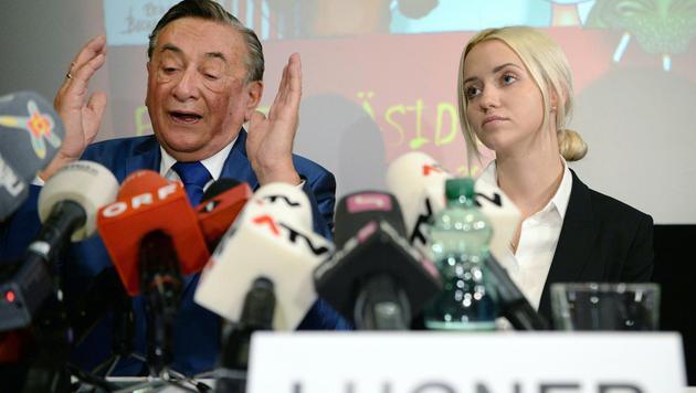 """""""Lugner bot uns Geld für Unterstützungsstimmen"""" (Bild: APA/ROLAND SCHLAGER)"""