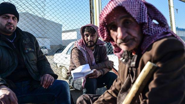 Syrische Fl�chtlinge warten auf ihren Einlass in die T�rkei. (Bild: APA/AFP/BULENT KILIC)