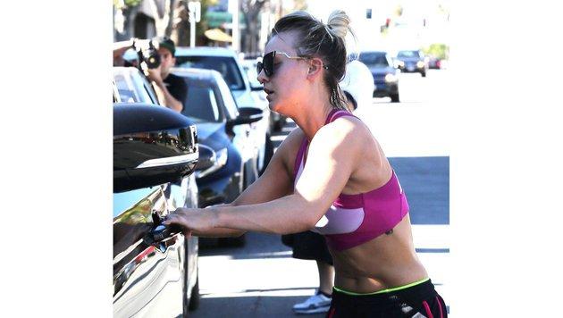 Kaley Cuoco zeigt ihre Bauchmuskeln (Bild: Viennareport)