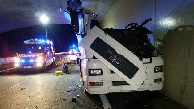Transporter kracht gegen Tunnelportal - Lenker tot (Bild: APA/EINSATZDOKU.AT/LECHNER)