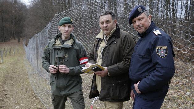 """""""Krone""""-Mann Christoph Matzl mit Soldat und Polizist am Grenzzaun (Bild: Klemens Groh)"""