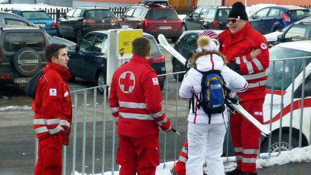Die Einsatzkräfte kümmerten sich um die Urlauber. (Bild: APA/ROBERT JAEGER)