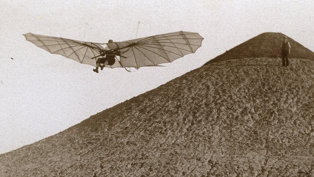 Otto Lilienthal beim Flug vom Fliegeberg in Berlin anno 1894 (Bild: Otto-Lilienthal-Museum Anklam)