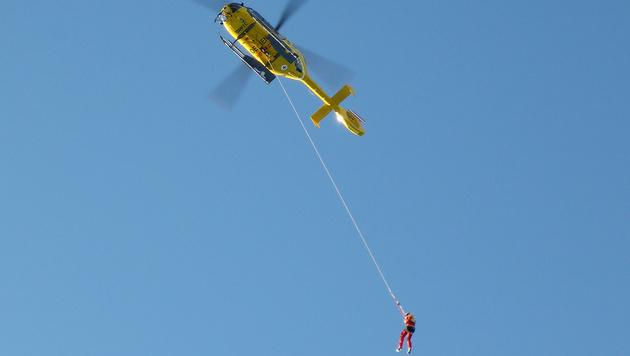 Die Menschen wurden mit Seilen teils von Helikoptern geborgen. (Bild: APA/ROBERT JAEGER)