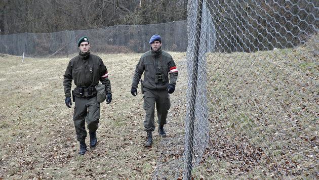 Patrouille am Grenzzaun (Bild: Klemens Groh)