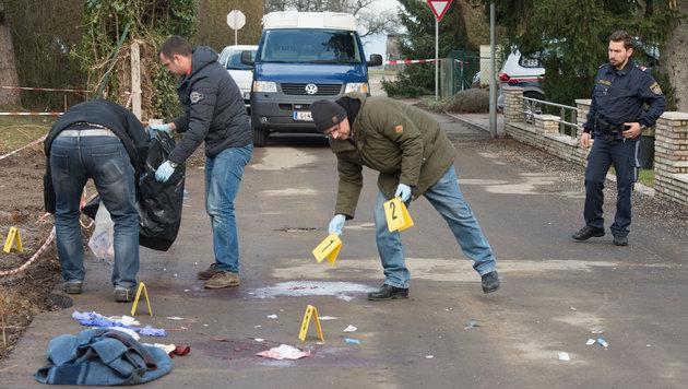 Die Spurensicherung bei der Arbeit am Tatort in Leonding (Bild: APA/FOTOKERSCHI.AT)
