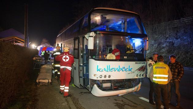 Etliche der Schüler, die in dem Bus saßen, erlitten einen Schock. (Bild: APA/FOTOKERSCHI.AT)