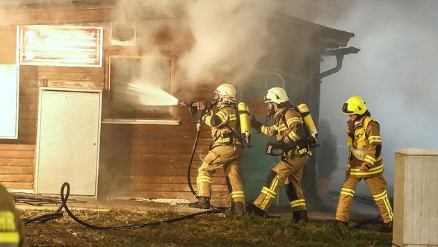 Löschtrupps rückten gegen die Flammen vor. (Bild: MARKUS TSCHEPP)