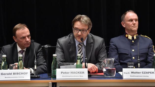 Bezirkschef Gerald Bischof, Fl�chtlingskoordinator Peter Hacker und Stadthauptmann Walter Czapek (Bild: Patrick Huber)