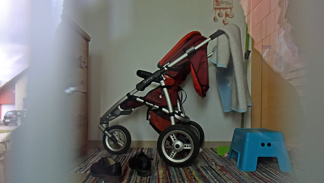 Ein Kinderwagen steht im Vorhaus. (Bild: Markus Wenzel)