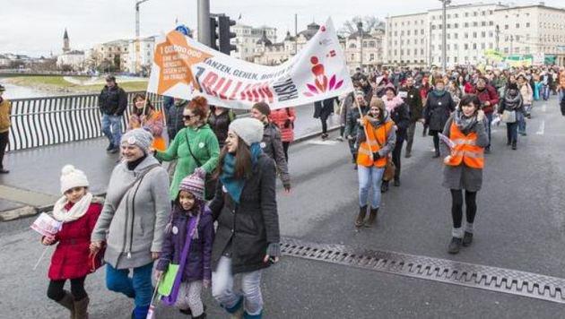 Hunderte Frauen zogen bei der Demonstration durch die Stadt. (Bild: Neumayr/Leo)