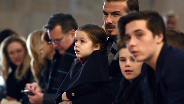 Harper Beckham in der Front Row bei der Fashion Show von Mama Victoria (Bild: APA/AFP/JEWEL SAMAD)