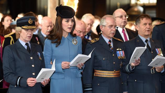 Kate bei ihrem offiziellen Auftritt in London (Bild: AP)