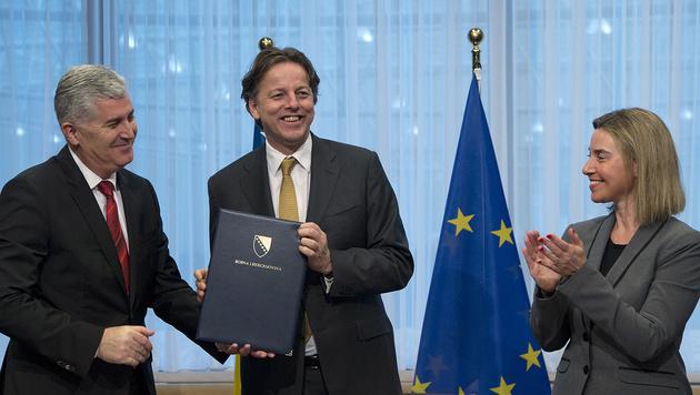 Covic, der niederl�ndische Au�enminister Bert Koenders und EU-Au�enbeauftragte Federica Mogherini (Bild: Associated Press)