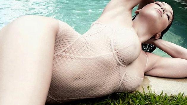 Model Daisy Lowe rekelt sich erotisch am Pool. (Bild: Viennareport)