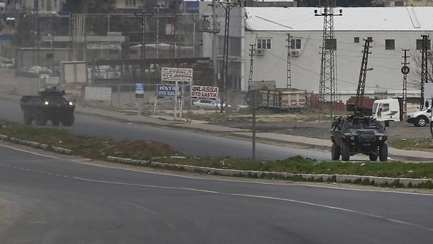 Türkische Panzerfahrzeuge in Nusaybin, nahe der syrischen Grenze (Bild: AP)