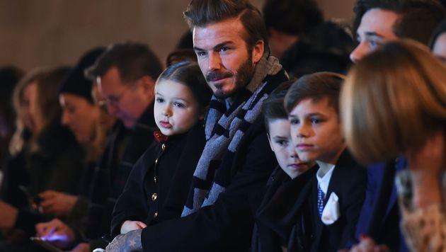Neben Harper waren auch David, Brooklyn, Cruz und Romeo in der Front Row dabei. (Bild: APA/AFP/JEWEL SAMAD)