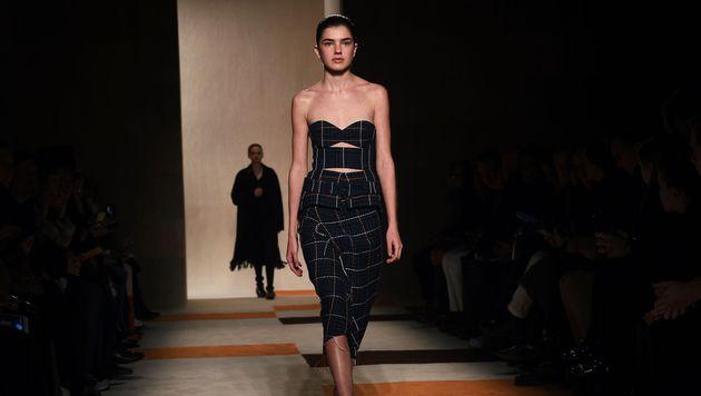 Models präsentierten die Herbst-Winter-Kollektion von Victoria Beckham. (Bild: APA/AFP/JEWEL SAMAD)