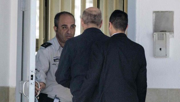 Olmert beim Haftantritt am Montag (Bild: AFP)