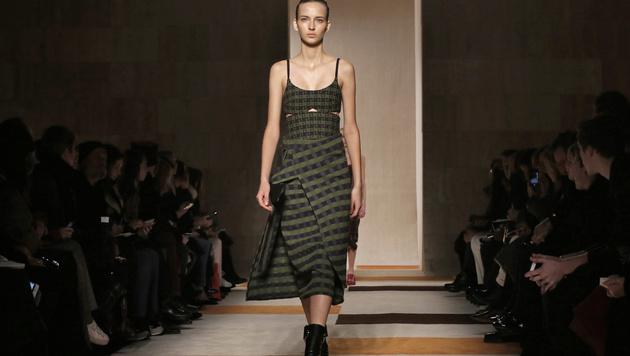 Models präsentierten die Herbst-Winter-Kollektion von Victoria Beckham. (Bild: AP)