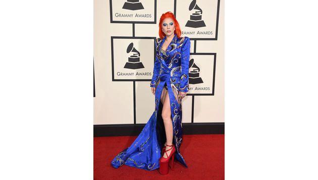 Lady Gaga ließ in ihrem von David Bowie inspirierten Outfit ihr Höschen blitzen. (Bild: Jordan Strauss/Invision/AP)