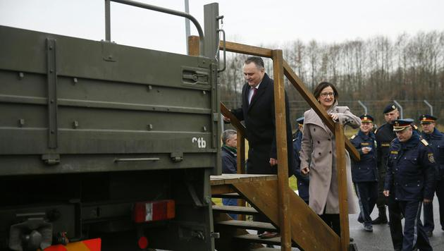 Mikl-Leitner und Verteidigungsminister Hans Peter Doskozil in Spielfeld (Bild: APA/ERWIN SCHERIAU)