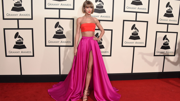 Taylor Swift in einer sexy Versace-Robe (Bild: Jordan Strauss/Invision/AP)
