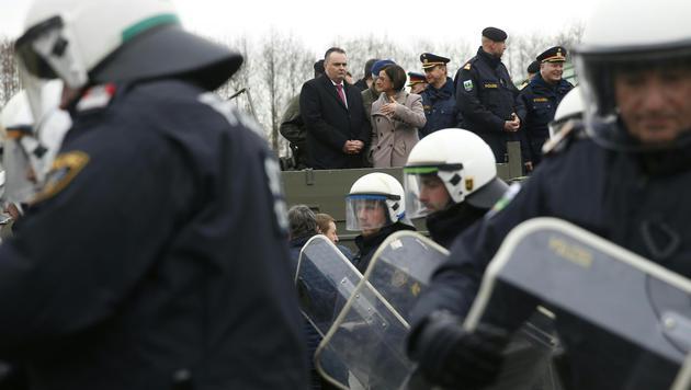 Verteidigungsminister Doskozil und Innenministerin Mikl-Leitner in Spielfeld (Bild: APA/ERWIN SCHERIAU)