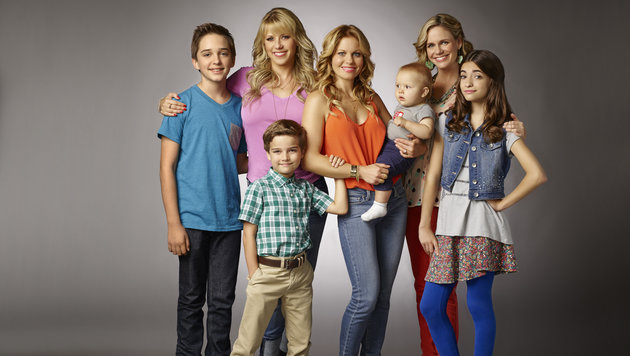 Candace Cameron Bure, Jodie Sweetin, Andrea Barber, Soni Bringas, Michael Campion und Elias Harger (Bild: Robert Trachtenberg/Netflix)