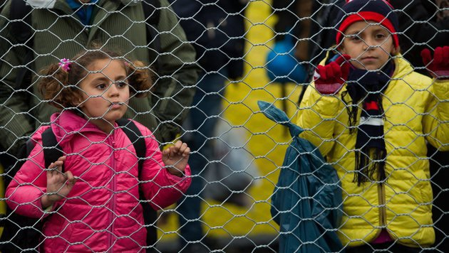 Polizei nimmt Flüchtlingskindern Handys ab (Bild: EPA/CHRISTIAN BRUNA)