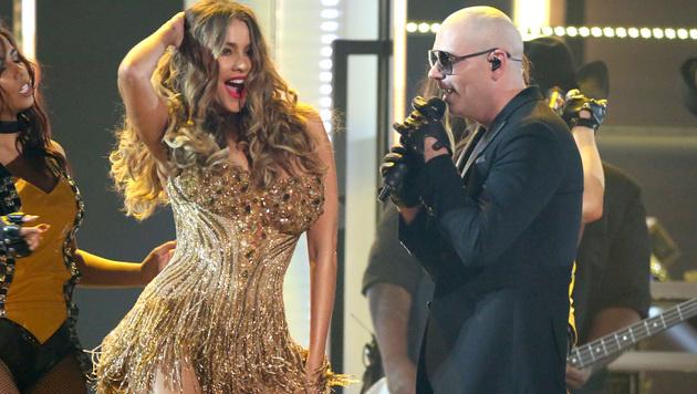 Sofia Vergara heizte Pitbull bei den Grammys mit ihrem sexy Hüftschwung ein. (Bild: Matt Sayles/Invision/AP)