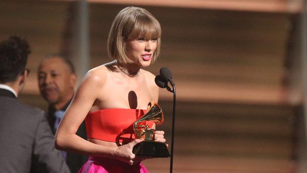Taylor Swift nach dem Gewinn ihres Grammys (Bild: Matt Sayles/Invision/AP)