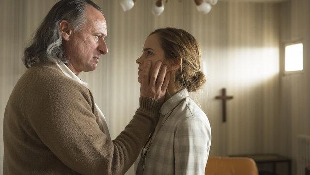 """Michael Nyquist als Sektenf�hrer mit Emma Watson in """"Colonia Dignidad"""" (Bild: Filmladen)"""