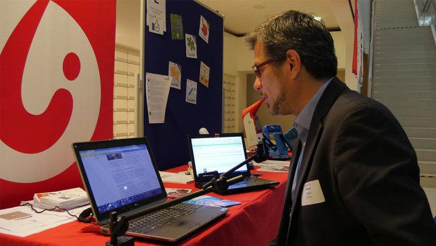 LIFEtool-Chef David Hofer zeigt die Integramouse, mit der PCs, aber auch Konsolen bedient werden. (Bild: Dominik Erlinger)
