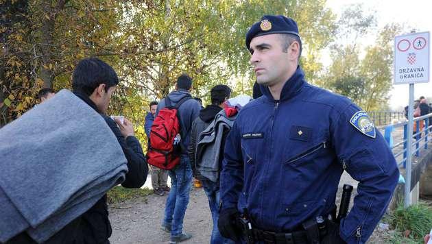 Kroatische Polizei soll Flüchtlinge stoppen (Bild: APA/AFP/-)